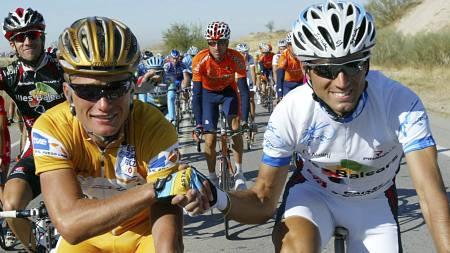 Alexander Vinokourov og Alejandro Valverde på siste etappe av   Vuelta a Espana 2006, der Vinokourov vant sammenlagt. (Foto: JAIME REINA/AFP)