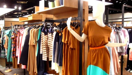 COS: Cos byr på minimalistiske klær med spennende snitt, detaljer   og farger.