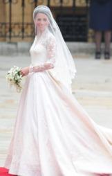 KATE MIDDLETON X ALEXANDER MCQUEEN: Kate Middleton valgte Alexander   McQueen-huset til å designe sin brudekjole da hun giftet seg prins William   tidligere i år i England.