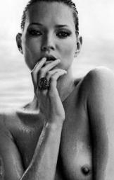 KATE MOSS ELSKER Å SJOKKERE: Supermodell og moteikon Kate Moss   er ikke fremmed for å sjokkere og provosere. Her fra en reklamekampanje   for det sveitsiske smykkemerket David Yurm.