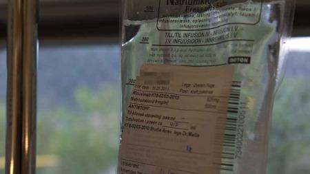 BLE DEKKET TIL: Posene med medisinen ble pakket inn under studien.   Dette ble gjort for at ingen skulle kunne gjette hvem av pasientene som   fikk saltvann og hvem som fikk Rituximab. (Foto: TV 2)