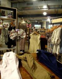 URBAN OUTFITTERS: Urban Outfitters byr på både klær, sko og   tilbehør, samt bøker, interiørartikler og nips.