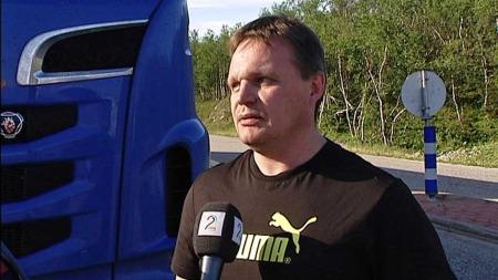 P ÅNORSKE VEIER MED KJEMPETRAILER: Yrkessjåfør Arne Bråthen sitter bak rattet i en av «monstertralerene». De fleste vil nok ikke se forskjell, men skal man kjøre forbi vil man nok merke det, sier Bråten. (Foto: TV 2)