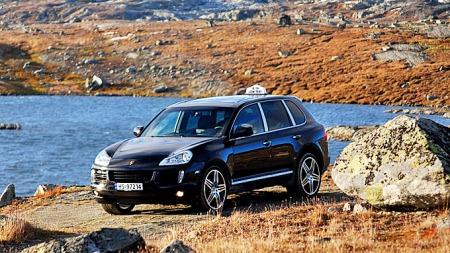 Nydelig natur - og heftig bil. Denne kombinasjonen kan du altså oppleve i Lom. (Foto: Juni Jonsson / privat)