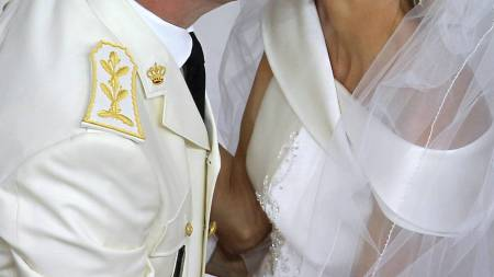 KYSSET: Det lykkelige paret kysset foran gjestene etter vielsen. (Foto: VALERY HACHE/Afp)