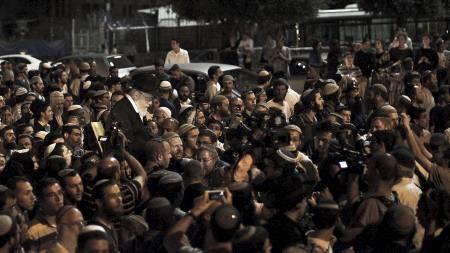 Tusenvis protesterte da rabbi Dov Lior ble anholdt og avhørt   forrige uke. Her er han nettopp løslatt og hylles av tilhengerne. (Foto:   ILIA YEFIMOVICH/Afp)