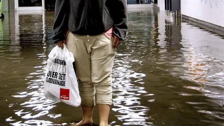 Butikken DELE i København var en av mange som ble helt eller delvis oversvømmet i helgen. (Foto: Bax Lindhardt/SCANPIX)