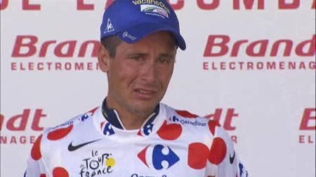 Johnny Hoogerland gråt da han fikk klatretrøyen etter den niende etappen. han var involvert i en stygg krasj forårsaket av en bil. (Foto: TV 2/)