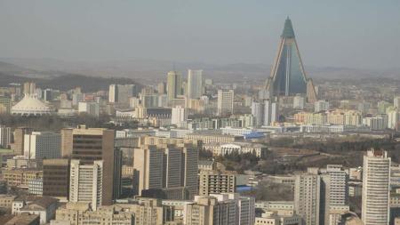 RAGAR: Luksushotellet Ryugyong er framleis ikkje ferdigstillt.   23 år etter bygginga startar. Men skjelettet ragar i byen. (Foto: Myouzke   /Wikimedia Commons)