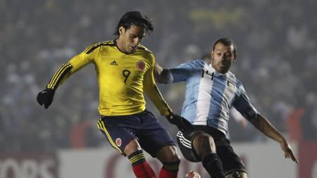 Radamel Falcao i duell med Javier Mascherano. (Foto: Natacha Pisarenko/Ap)