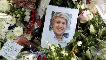 Blomster, hilsener, lys og bilde av den drepte Einar Opsahl ble lagt ned ved åstedet. (Foto: Larsen, Håkon Mosvold/Scanpix)