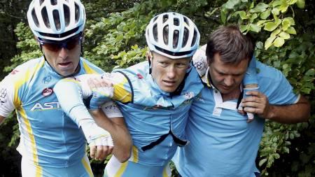 Alexander Vinokourov måtte bæres opp fra grøften etter at han kjørte ut og måtte bryte i Tour de France 2011. (Foto: STEFANO RELLANDINI/Reuters)