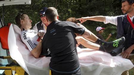 Bradley Wiggins kjøres bort av ambulanse etter velt i Tour de France. (Foto: Christophe Ena/Ap)
