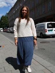 CASHUAL: Amanda Isberg har på seg et avslappet, men likevel moteriktig antrekk. Hun har vært kreativ ved å bruke kjolen under den hullete genseren.  (Foto: Martine Onstad)