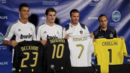 KAN BLI KLUBBYTTER: Både Cristiano Ronaldo, David Beckham og   Landon Donovan linkes til engelske klubber. Iker Casillas blir nok værende   i Madrid. (Foto: KEVORK DJANSEZIAN/Afp)