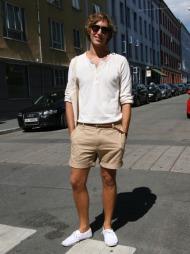 JORDFARGER: Christoffer de Lange har kledd seg i et avslappet og kult sommerantrekk.  (Foto: Martine Onstad)
