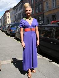 VINTAGE: Elise Dingastad har på seg en fargerik kombinasjon, noe som er veldig trendy denne sommeren. Hun er også veldig glad i vintage klær.  (Foto: Martine Onstad)