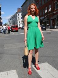 FRA TOPP TIL TÅ: Sissel Heggeset er trendy både i håret og i klesstilen. Hun har gått for rødt hår denne sommeren, i tillegg til en knallgrønn vintage kjole.  (Foto: Martine Onstad)
