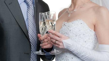 Når man skåler med vinglass skal man ikke klirre med glassene i følge skikk og bruk-ekspert.  (Foto: Illustrasjonsfoto)