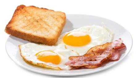 En skive hvitt brød: 105 kcal. To stekte egg: 350 kcal. Ca.   50 gram bacon: 175 kcal. TOTAL: 580 kcal. (Foto: Illustrasjonsfoto)