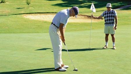 Spiller du golf i 20 minutter har du forbrent kalorier tilsvarende   et vinglass. Har du latt deg friste av potetgullet må du tilbringe 25   minutter ekstra på golfbanen. (Foto: Ilustrasjonsfoto)