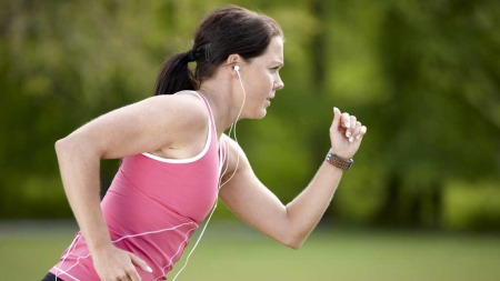 For at en gjennomsnittlig kvinne skal forbrenne 580 kalorier   må hun jogge/løpe i høyt tempo i en time. (Foto: Illustrasjonsfoto)