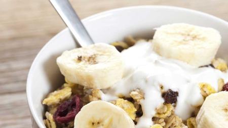 200 g. yoghurt naturell: 148 kcal. 150 gram müsli: 495 kcal.   En halv banan: 45 kcal. TOTAL: 688 kcal. (Foto: Illustrasjonsfoto)