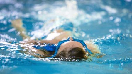 Etter rekesmørbrødet kan du ta deg en lang svømmetur for å forbrenne kaloriene. Du må svømme en time og 20 minutter for å forbrenne 400 kcal.  (Foto: Illustrasjonsfoto)