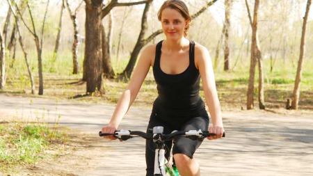 Tar du deg en sykkeltur i rolig tempo forbrenner du cirka 300   kalorier på en time. Dermed må du tråkke i en time og 40 minutter for   å forbrenne den raske pølsemiddagen. (Foto: Illustrasjonsfoto )
