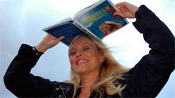 Eli Kari har samlet værtegn fra hele Norge i boken sin. (Foto:   Ronald Toppe)