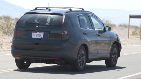 Foreløpig må vi nøye oss med spionbilder for å få se hvodan nye CR-V blir bakfra. Det er ventet kraftige baklykter med mer enn et hint av Volvo XC60 her. (Foto: Scoopy)