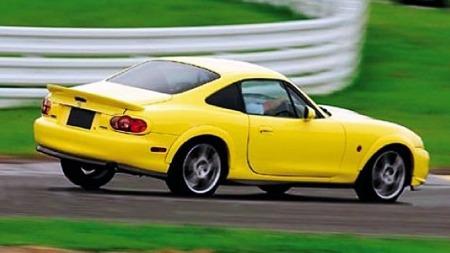Mazda-MX5-coupe-i-fart-gul