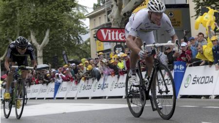 Thor Hushovd slo Edvald Boasson Hagen og vant etappen til Gap. (Foto: NATHALIE MAGNIEZ/Afp)