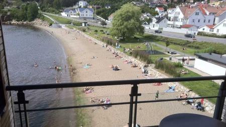 Gaute Ormåsen nøt sommerdagene på Farris Bad da han ble intervjuet av God morgen Norge. Her er utsikten til Gaute under intervjuet.  (Foto: Gaute Ormåsen)