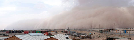 En sandstorm ruller inn over Camp Fallujah i Irak. (Foto: Patrick Smith)