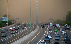 Å kjøre under en sandstorm kan være risikabelt, men folk i Phoenix tar sjansen. (Foto: Ap)