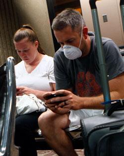 Jason Wallace har på seg maske under sandstormen den 5. juli. Masker kan være livreddende i en sandstorm om du har luftveisproblemer. (Foto: Reuters)