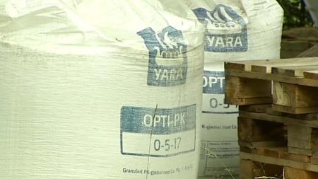 SEKS TONN: Anders Behring Breivik kjøpte seks tonn med kunstgjødsel. Her er noko av det han har kjøpt på garden hans.  (Foto: Erik Friestad/TV 2)