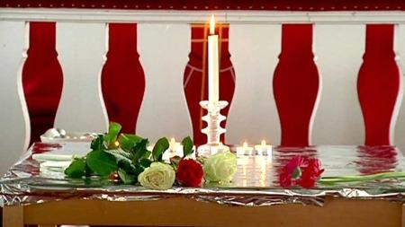 LEVENDE LYS: Inne i kirken har tent lys i kirken for sønnen som ble drept på Utøya. (Foto: Svein H. Lian)