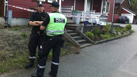 FLERE SIKTELSER: Politiet i boligområdet der skyteepisoden fant sted i Sandnes. (Foto: Mirjam Pletanek Klingenberg/)