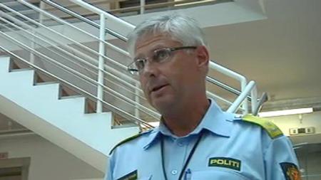 HAR FUNNET VÅPEN: Visepolitimester i Oslo Sveinung Sponheim opplyste på en pressekonferanse lørdag kveld at de har funnet to våpen etter massakren på Utøya. (Foto: TV 2)