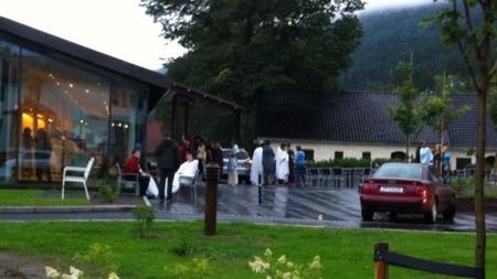 SAMLES PÅ HOTELLET: Ungdommene som har kommet seg uskadd fra skytedramaet på Utøya blir i kveld samlet på Sundvolden hotell. Flere pårørende er også på vei eller har allerede ankommet.  (Foto: Anders Kiil)