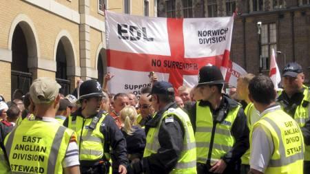 Fra en English Defence League-demonstrasjon i Cambridge. Breivik har i sitt manifest skrytt av linker til nettopp EDL. (Foto: Ben Kendall/Pa Photos)