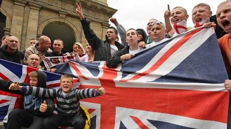 EDL-tilhengere under en demonstrasjon i Newcastle i mai 2010. (Foto: Dave Thompson/Pa Photos)