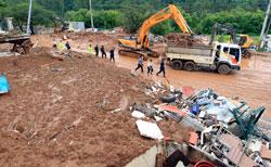 Skredet i byen Chuncheon tok ti liv og forårsaket store ødeleggelser. (Foto: Reuters)