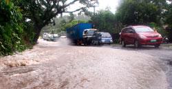 Redningsarbeidet blir gjort vanskeligere av veier blokkert av flomvann. (Foto: Afp)