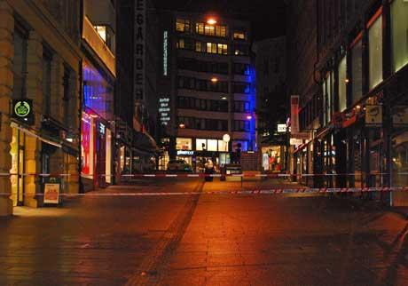 TOMME GATER: Det var tomme gater i Oslo sentrum natt til lørdag. Politiet har fortsatt sperrebåndene oppe i Lille Grensen. (Foto: Eivind Fondenes)