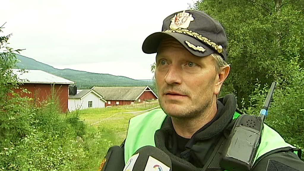 BOMBEVERKSTAD: Sverre Sørberg, innsatsleiar hjå Elverum politistasjon stadfestar at det vart laga bomber på denne garden i bakgrunnen.  (Foto: Erik Friestad/TV 2)