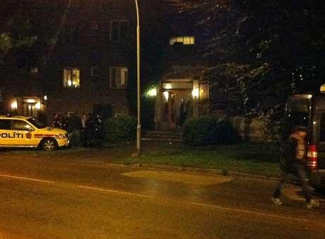 Politiet gjennomsøkte en bolig på Oslos vestkant sent fredag kveld. (Foto: Bent Skjærstad)