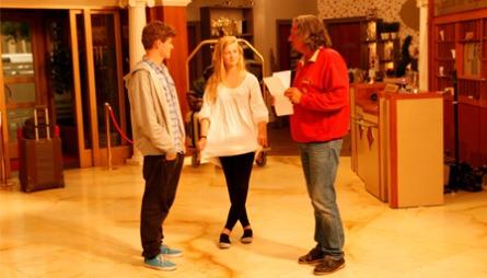 ØVER: Tom Sterri hjelper skuespiller-spirene gjennom scenen.  (Foto: Martine Onstad)